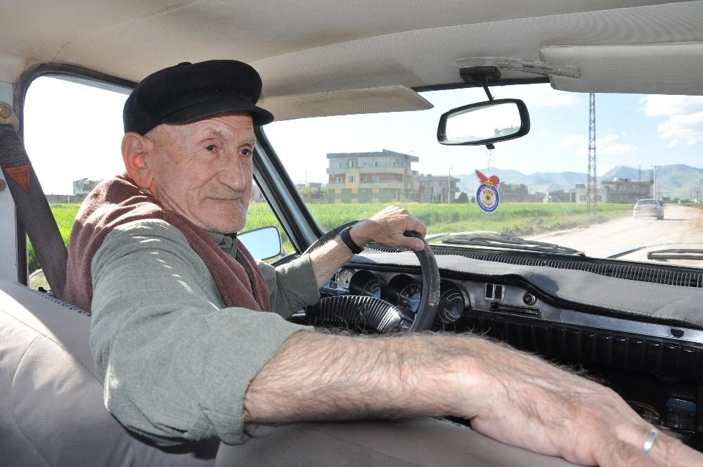 87'lik delikanlı, 47 yıllık otomobiline gözü gibi bakıyor