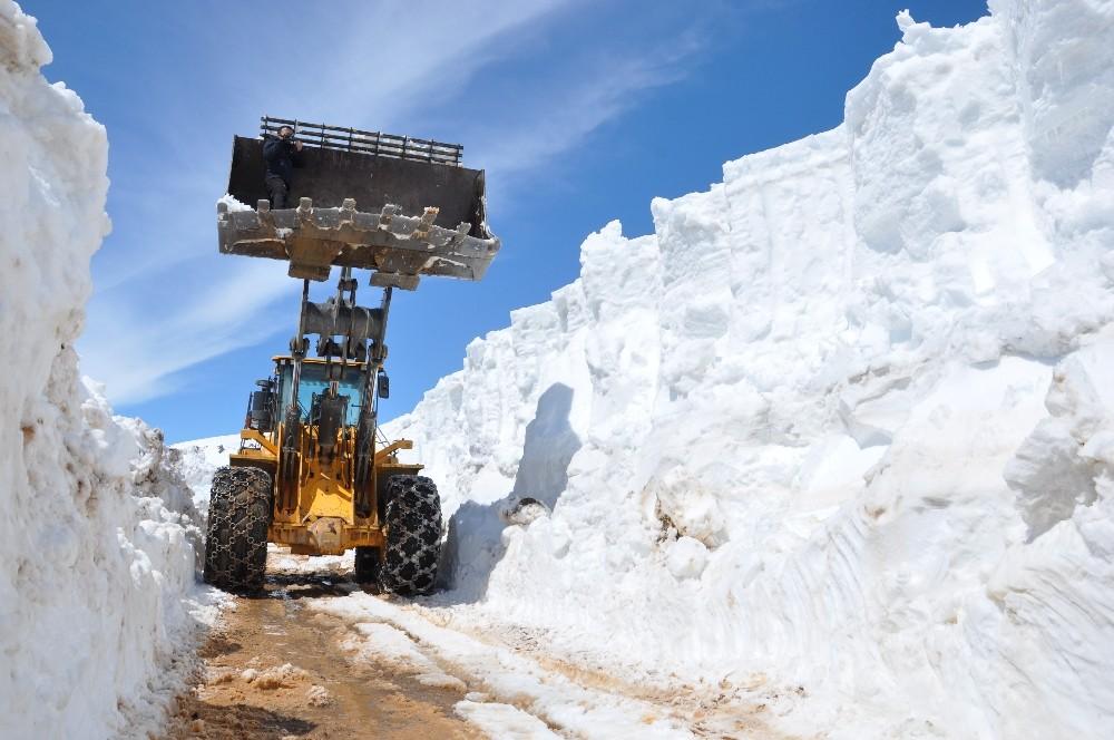 Yüksekova'da 5 metrelik karla mücadele