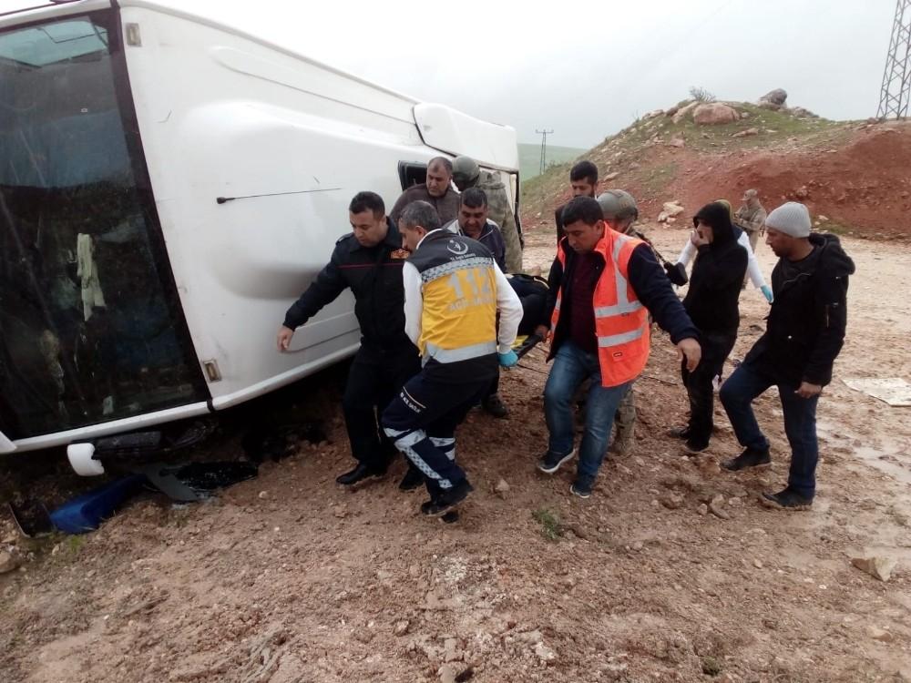Diyarbakır'da yolcu midibüsü devrildi: 1'i ağır 13 yaralı