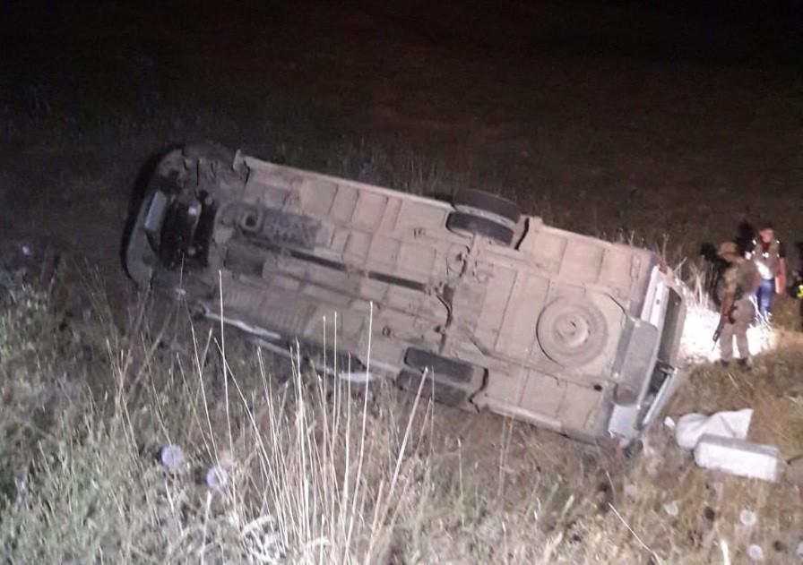 Bingöl'de minibüs şarampole yuvarlandı: 11 yaralı
