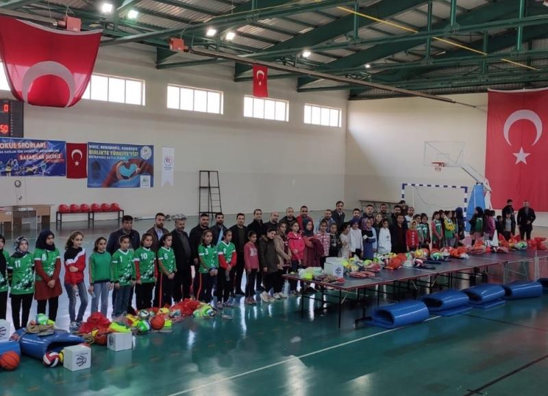 Çınar'daki Yetenek Taramasına Katılan Öğrencilere Spor Malzemesi