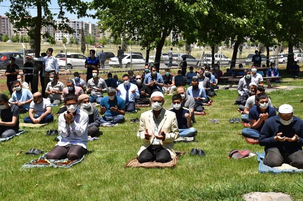 Bağlar'da sosyal mesafeli cuma namazı
