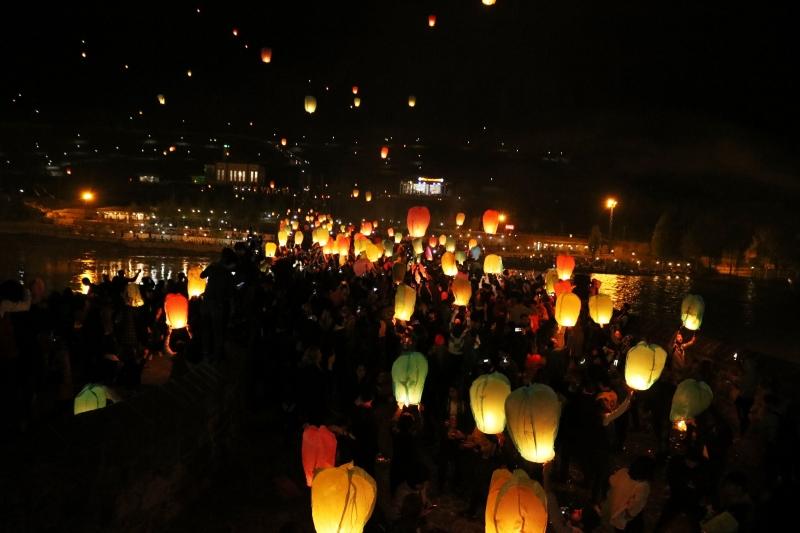 Diyarbakır'da gökyüzü dilek fenerleriyle aydınlandı