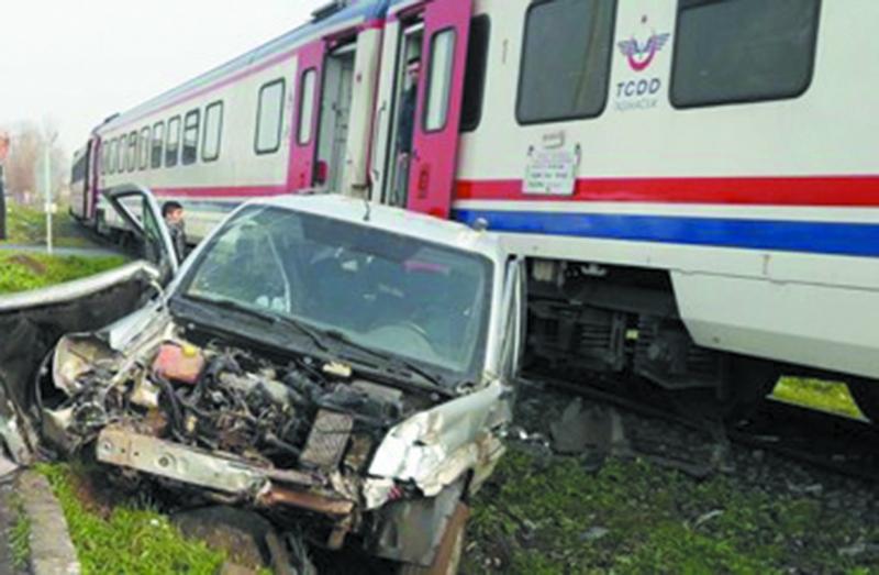 Diyarbakır'da yolcu treni hemzemin geçitte araca çarptı: 2 yaralı