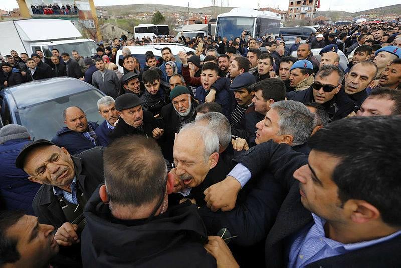 Kılıçdaroğlu katıldığı şehit cenazesinde saldırıya uğradı