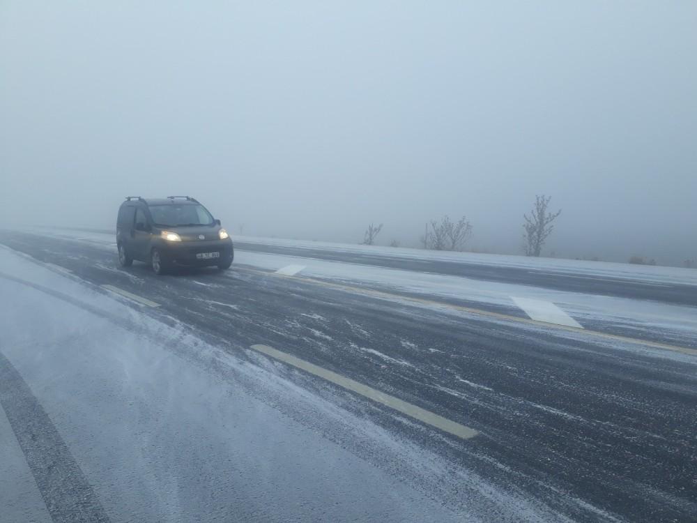 Ağrı'da kar ve sis sürücülere zor anlar yaşattı