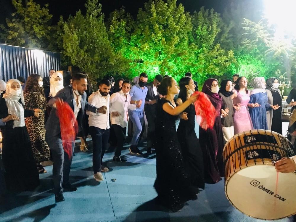Diyarbakır'da bilindik manzara, düğünlerde 'korona' halayı devam ediyor