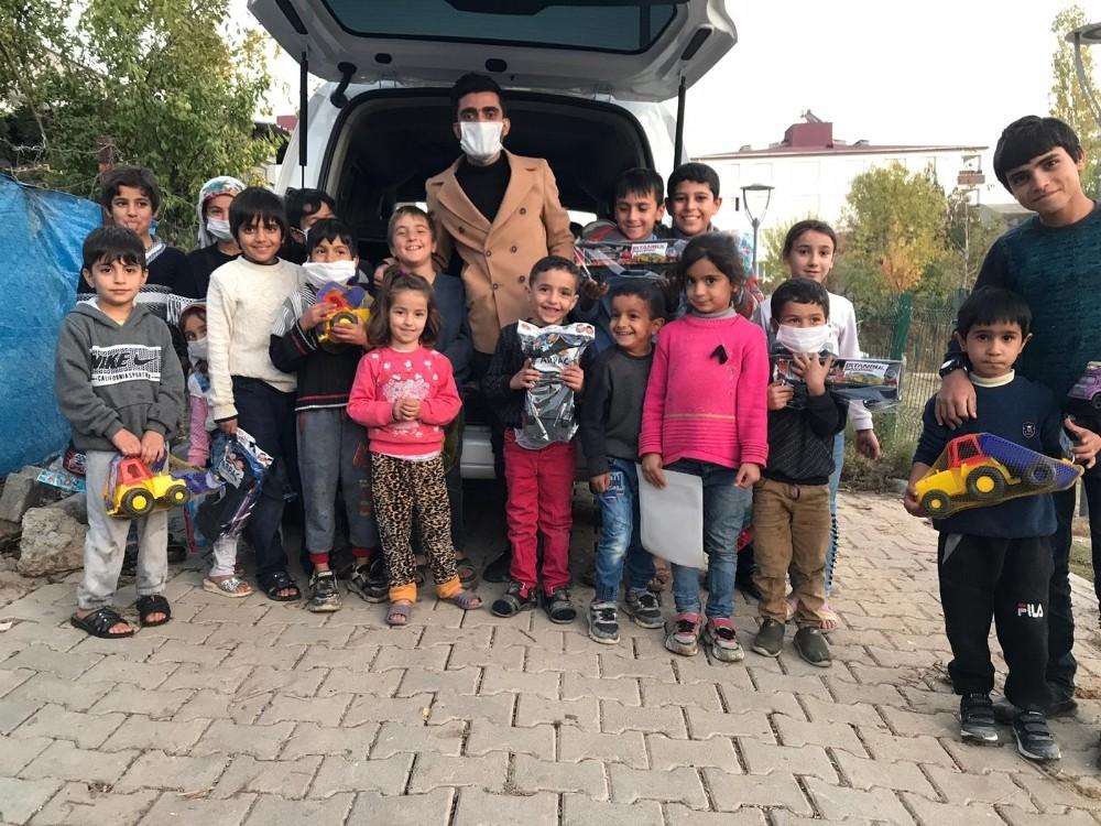 Diyarbakırlı genç topladığı yardımlarla çocukları sevindiriyor
