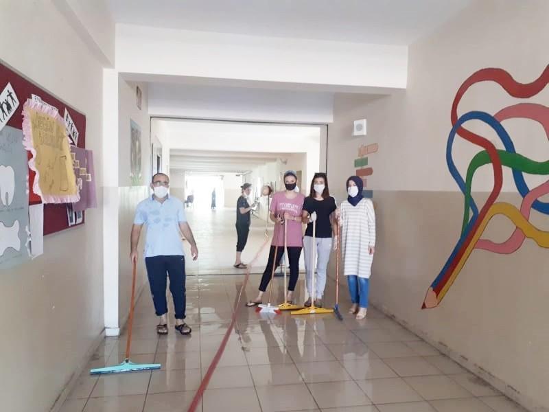 Fedakar öğretmenler okulu temizledi