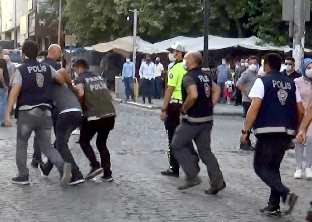 Korona denetimlerinde zabıta ekiplerine saldıran seyyar satıcılar gözaltına alındı