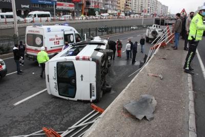 Diyarbakır'da yolcu minibüsü alt geçide uçtu: 1'i ağır 7 yaralı