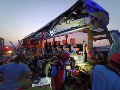 Otobüs tıra çarptı: 9 kişi öldü, 30 yaralı